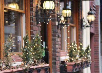 nieuwe kerstverlichting ophangen buiten