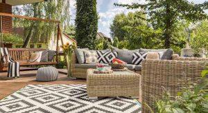 ontspannen op een bankstel in de tuin of loungeset