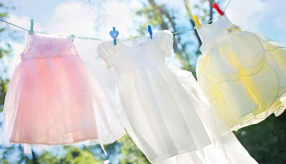 kleding in de wind aan de waslijn