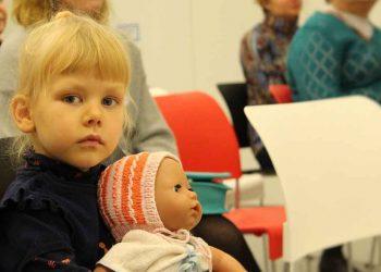peuter en haar pop